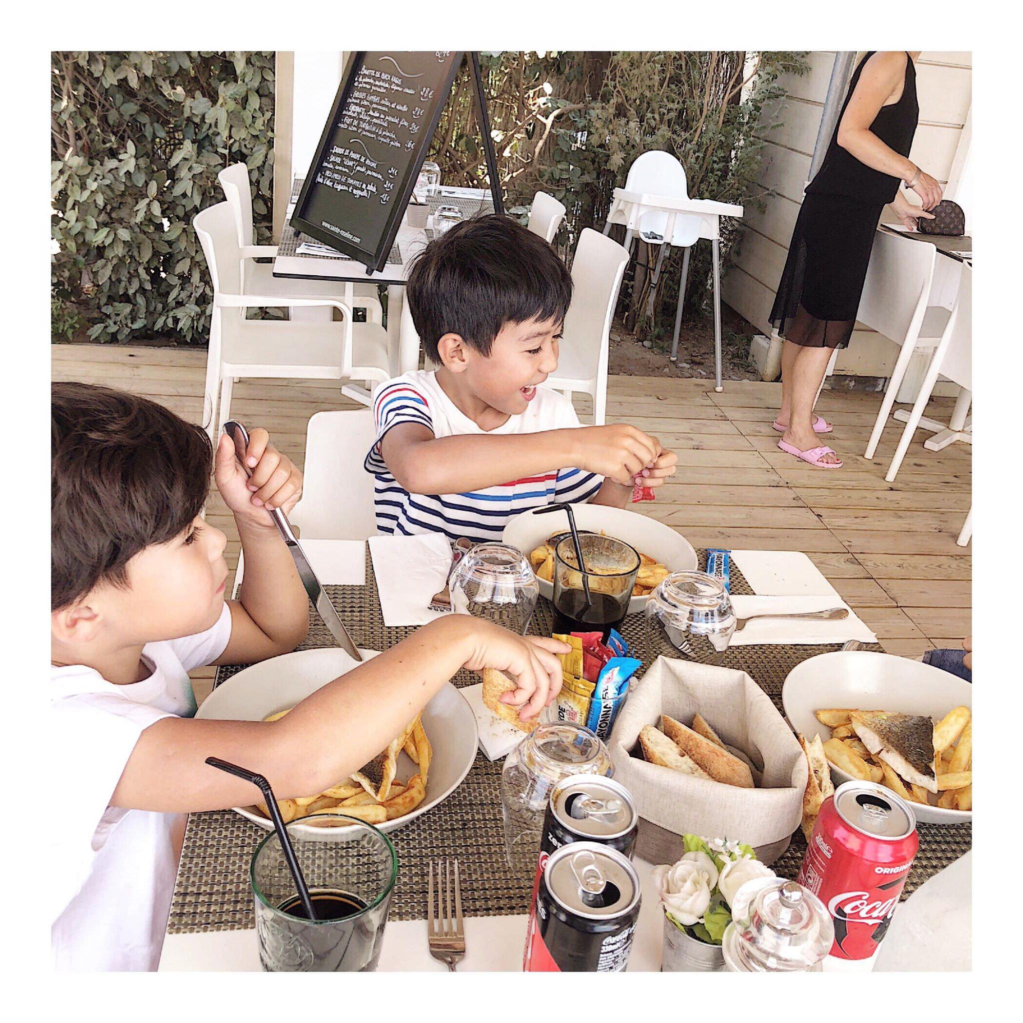 別讓手機陪我們用餐,珍惜和家人用餐時刻